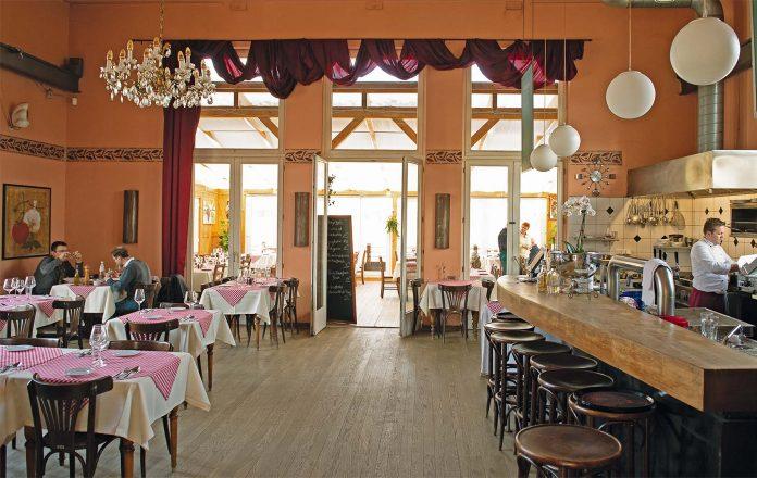 Zwanglos und klassisch italienisch präsentiert sich der Gastraum mit offener Küche   Foto: L. Bienkowski