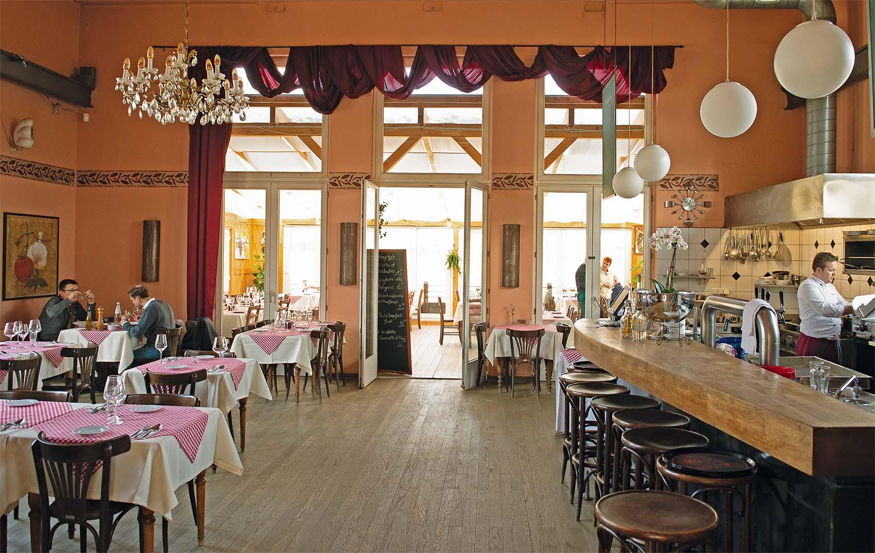 Zwanglos und klassisch italienisch präsentiert sich der Gastraum mit offener Küche | Foto: L. Bienkowski